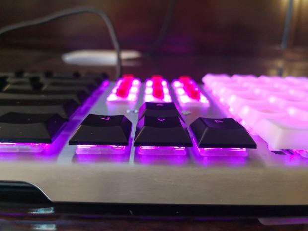 Mit flachen Tastaturkappen lässt sich eine geringe Höhe erreichen. (Bild: Tobias Költzsch/Golem.de)