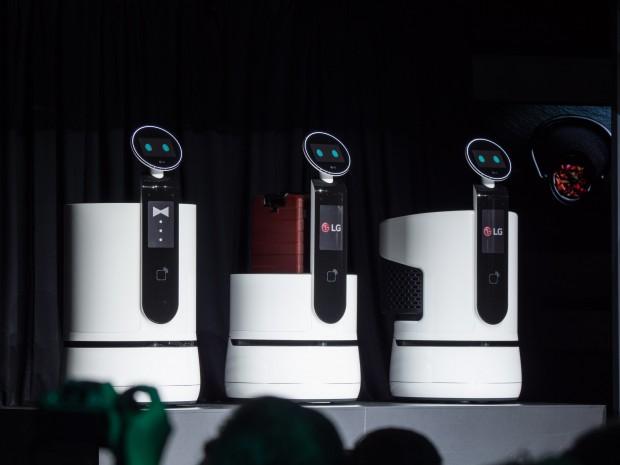 Die neuen Hilfsroboter von LG: links der Serving Robot, in der Mitte der Porter Robot, rechts der Shopping Cart Robot. (Bild: Martin Wolf/Golem.de)