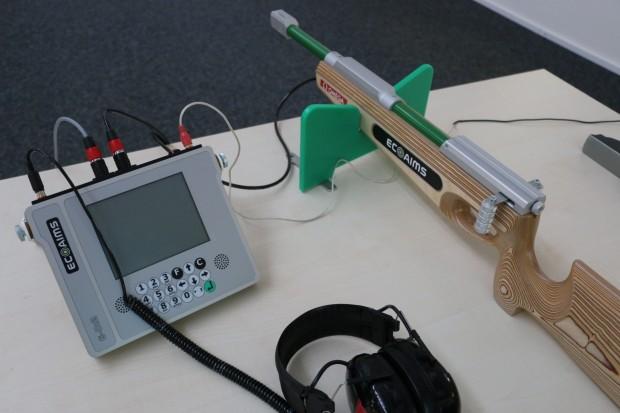 Auch an Ausrüstung wie dem Biathlon-Gewehr für Blinde (mit Signalton) arbeitet Omega Timing. (Foto: Peter Steinlechner/Golem.de)