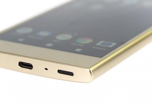 Das Xperia L2 wird über einen USB-Typ-C-Anschluss geladen. (Bild: Luise Gunardono/Golem.de)