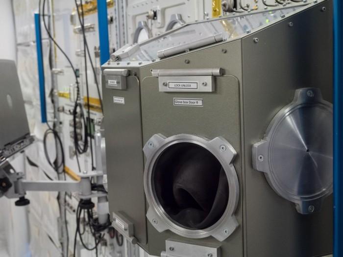 Columbus ist ein Labor. In der Microgravity Science Glovebox werden Experimente durchgeführt.(Foto: Martin Wolf/Golem.de)