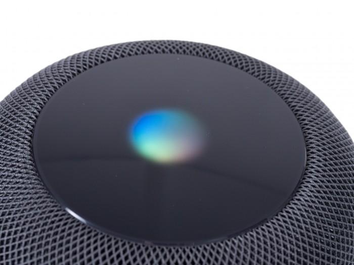 Wenn Siri aktiv ist, leuchtet der Homepod in der Mitte auf. (Bild: Martin Wolf/Golem.de)