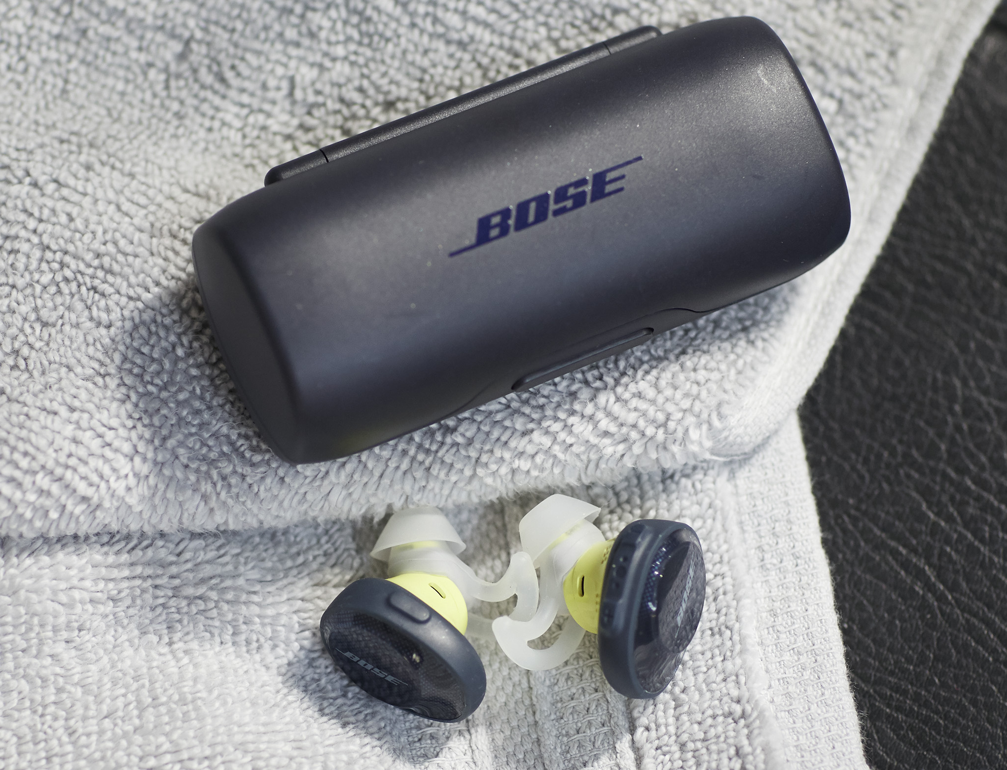 Sound Sport Free: Bose bringt kabellose Bluetooth-Hörstöpsel - Sound Sport Free mit Ladeetui (Bild: Bose)