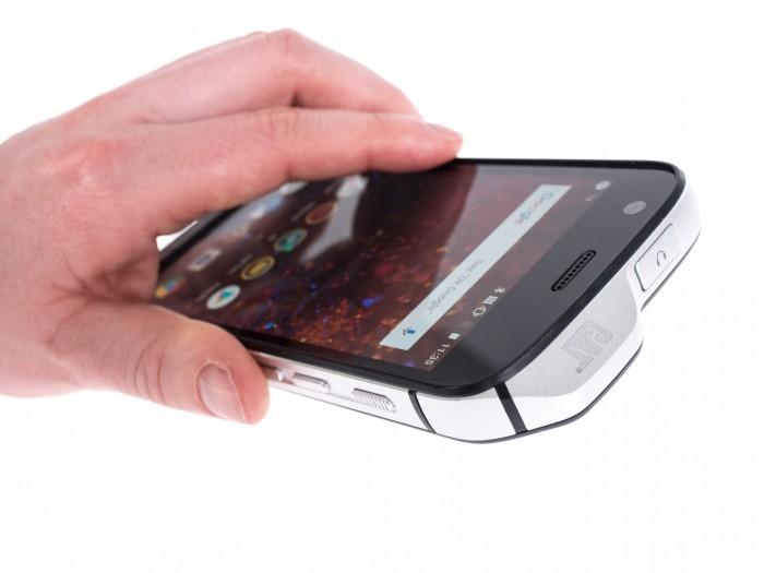 Mit den Hardware-Tasten lässt sich die Kamera steuern. (Bild: Martin Wolf/Golem.de)