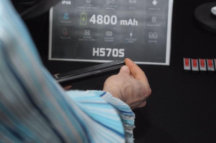 Das Datenblatt im Hintergrund gehört nicht zu dem Smartphone P16K Pro. (Foto: Andreas Sebayang/Golem.de)