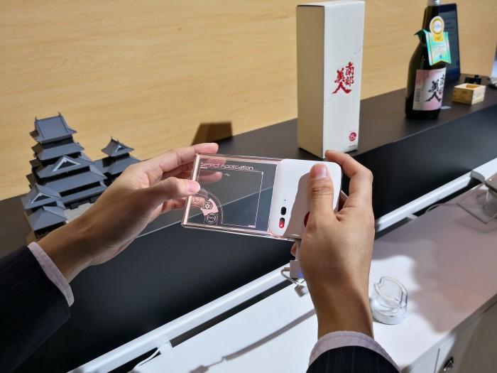 Das Omotenashi von NTT hat ein transparentes Display, auf dem Informationen angezeigt werden. (Bild: Tobias Költzsch/Golem.de)