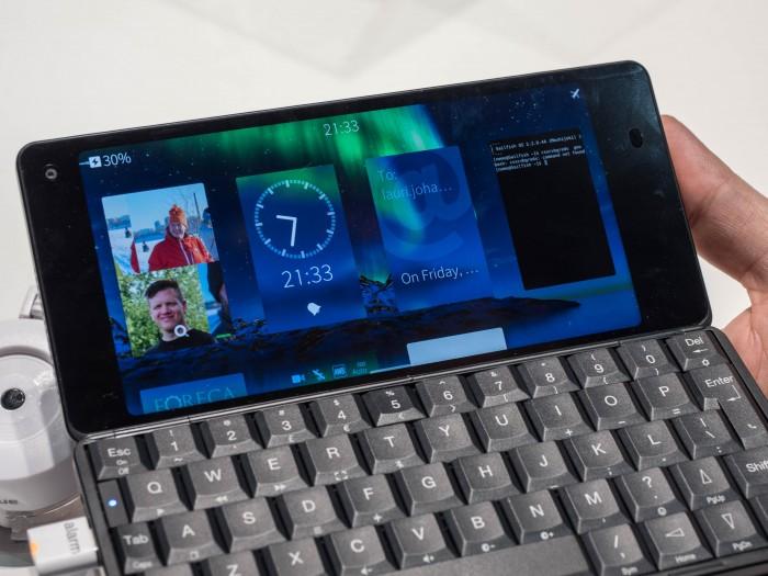 Der Gemini PDA hat eine vollwertige Tastatur und kann mit Sailfish OS bestückt werden. (Bild: Martin Wolf/Golem.de)