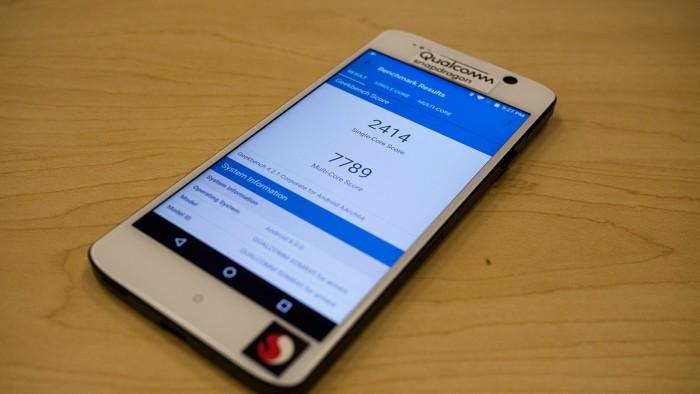 Nach etwa einer Stunde Dauer-Benchmarking brechen die Werte des Snapdragon 845 im Geekbench 4 leicht ein. (Foto: Moritz Stückler)