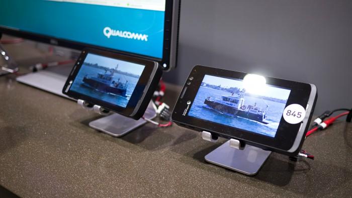 In einer Demonstration vergleicht Qualcomm die Leistungsaufnahme des Snapdragon 835 mit dem neuen Snapdragon 845. (Foto: Moritz Stückler)
