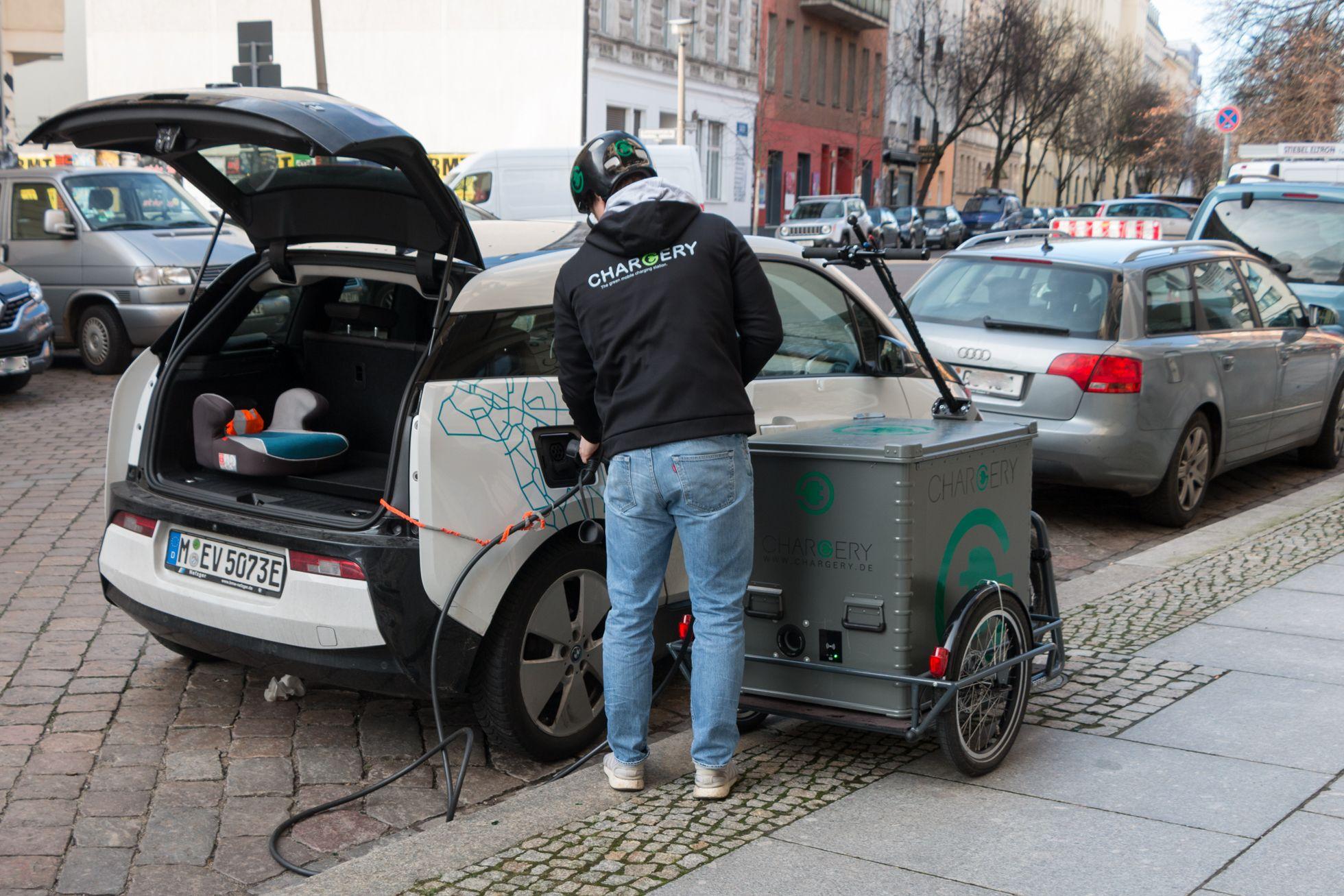 Chargery: 150 Kilo Watt auf drei Rädern - Die Akkus haben genug Strom gespeichert, um die Akku eines BMW i3 zu laden. (Foto: Werner Pluta/Golem.de)
