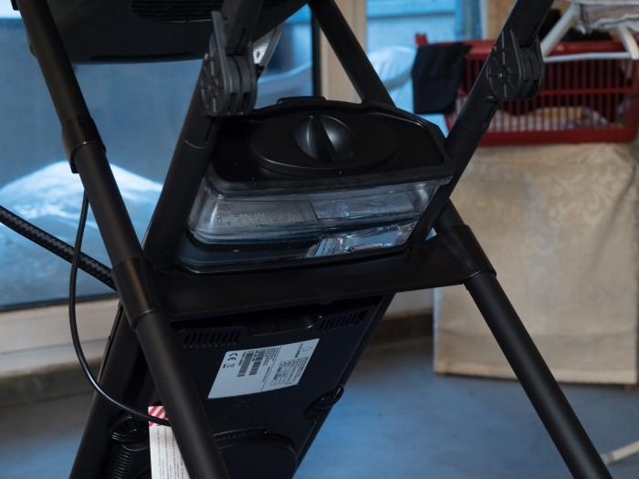 Die Technik steckt in der Dampf- und Steuereinheit am Bügelbrett.(Foto: Martin Wolf/Golem.de)