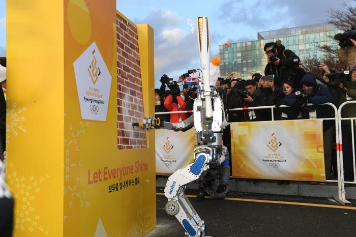 Ein Champion beim Fackellauf: Der Roboter Hubo gewann 2015 die Darpa Robotics Challenge. (Foto: PyeongChang2018)