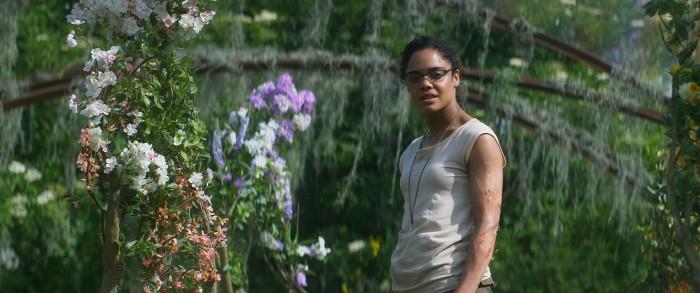 Josie Radek (Tessa Thompson) untersucht die Flora. (Bild: Netflix)