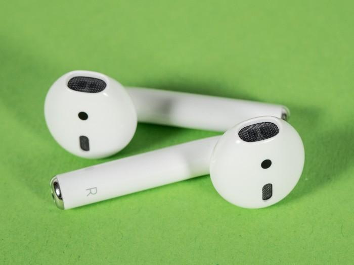 Apples Airpods sitzen gut im Ohr. (Bild: Oliver Nickel/Golem.de)