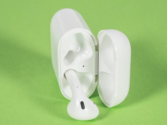 Apples Airpods lassen sich bequem entnehmen. (Bild: Oliver Nickel/Golem.de)