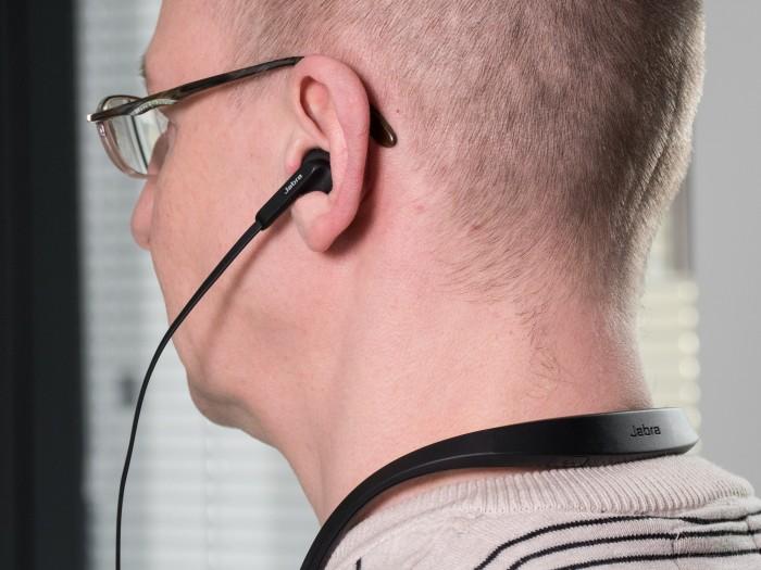 Der Nackenbügel des Elite 25e vibriert bei Anrufen. (Bild: Oliver Nickel/Golem.de)