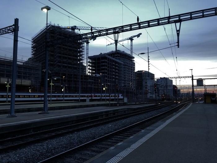 Zürich Hauptbahnhof. Die Sonne geht unter, uns ist langweilig und wir warten auf die Bereitstellung unseres Nachtzugs. (Bild: Andreas Sebayang/Golem.de)