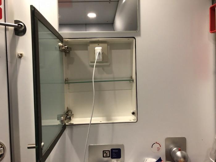 Hinter dem Spiegel findet sich eine Steckdose. (Bild: Andreas Sebayang/Golem.de)
