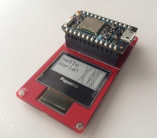 Das E-Paper-Display mit aufgestecktem Arduino-Board (Bild: Paperino)