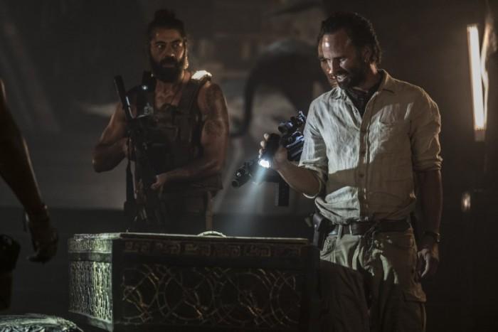 Laras Gegenspieler sind Grabräuber, die in wirklich jeder Hinsicht über Leichen gehen. (Bild: Warner Bros.)