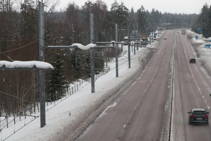 Die Oberleitung ähnelt der einer Straßenbahn, hat aber zwei Drähte. (Bild: Werner Pluta/Golem.de)