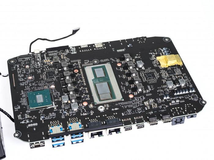 Links der Chipsatz, rechts das Prozessor-Package (Bild: Martin Wolf/Golem.de)