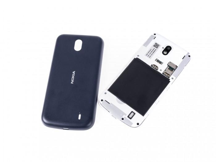 Das Nokia 1 mit abgenommener Rückseite (Bild: Martin Wolf/Golem.de)