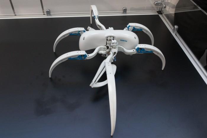 Der Bionic Wheel Bot ist ein bionischer Roboter, der einer Spinne nachempfunden ist.  (Bild: Werner Pluta/Golem.de)