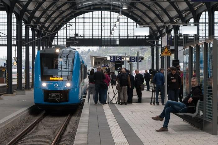 Der Brennstoffzellenzug Coradia iLint vor dem Start der ersten öffentlichen Fahrt in Wiesbaden. (Bild: Werner Pluta/Golem.de)
