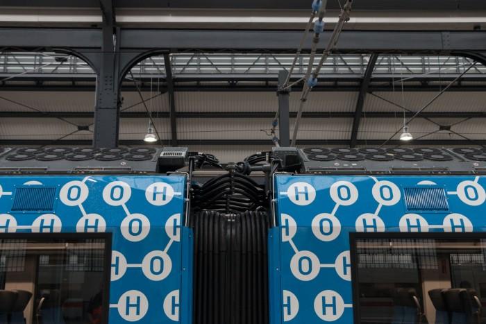 Die beiden Brennstoffzellen sind auf dem Dach angebracht. Außer den Lüftern ist nicht viel davon zu sehen. (Bild: Werner Pluta/Golem.de)