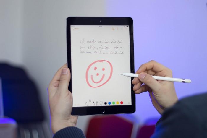 Das neue iPad vereint bekannte Technik zu einem überraschend günstigen Preis ab 350 Euro. (Bild: Martin Wolf/Golem.de)