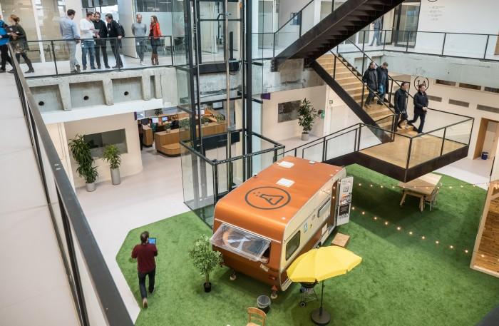 Ein nostalgischer Wohnwagen ist der Blickfang im Atrium des IoT-Campus. (Foto: Martin Wolf/Golem.de)