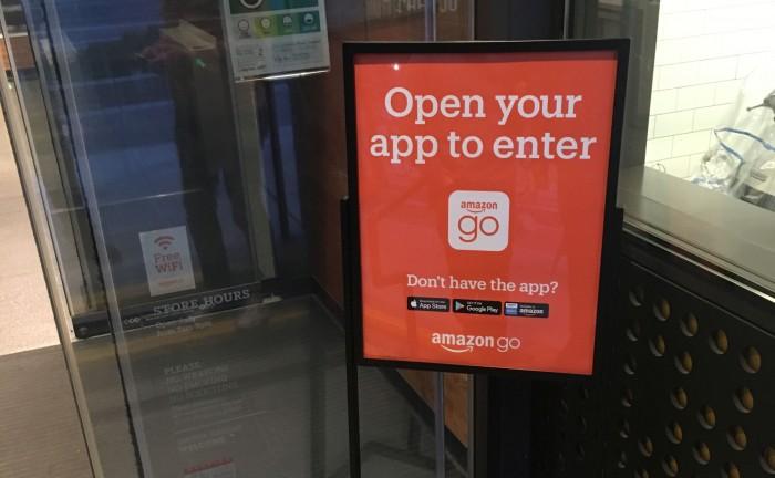 Vor dem Eintreten muss die App gezückt werden. (Bild: Andreas Sebayang/Golem.de)