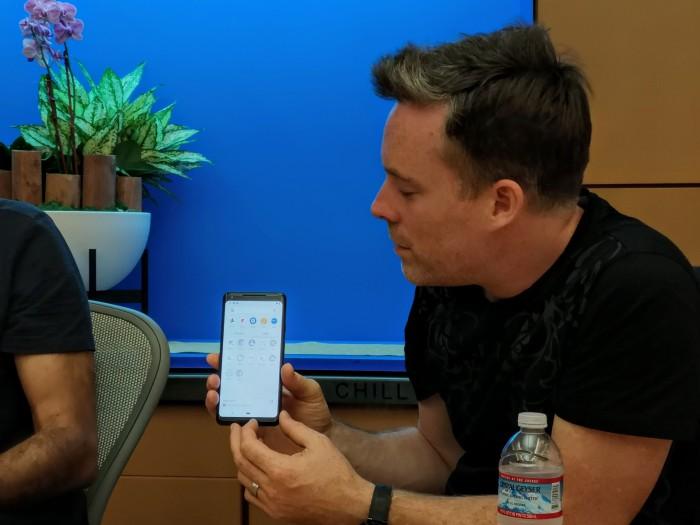 Dave Burke zeigt Apps, die von Android P beim Wechsel vom dienstlichen zum privaten Konto ausgegraut werden. (Bild: Tobias Költzsch/Golem.de)