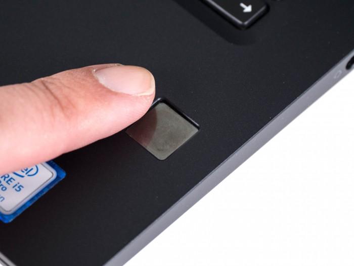 Der Fingerabdrucksensor ist im Gehäuse eingesenkt. (Bild: Martin Wolf/Golem.de)