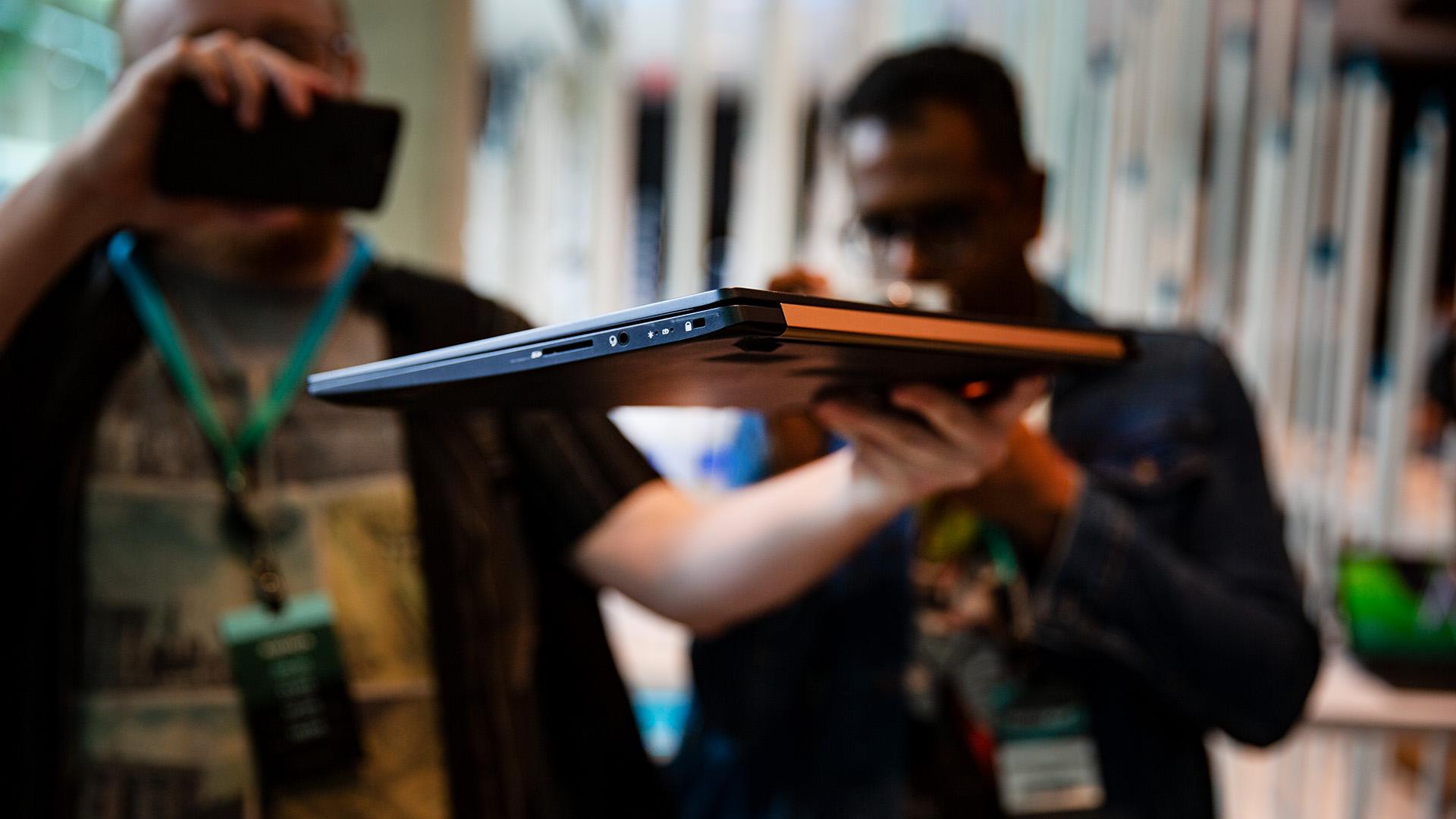 Acer-Portfolio 2018: Nitro-Gaming-PCs mit Ryzen und viele neue Notebooks - Nur 970 Gramm wiegt der mobile PC. (Bild: Robert Kern/Golem.de)