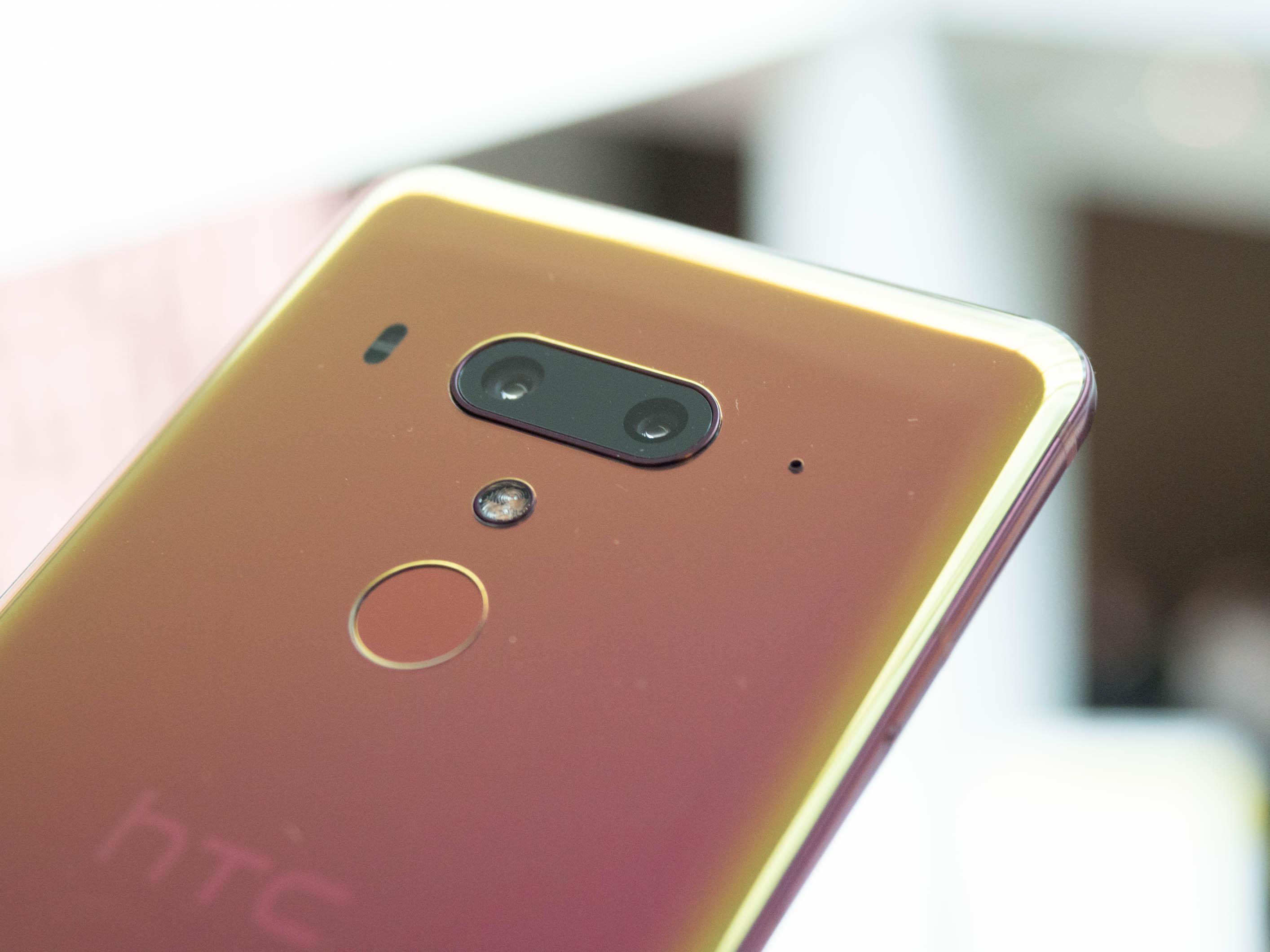 U12+ im Hands On: HTC setzt auf drückbaren Rand und Dualkameras - Unter der Dualkamera befindet sich ein Fingerabdrucksensor. (Bild: Martin Wolf/Golem.de)