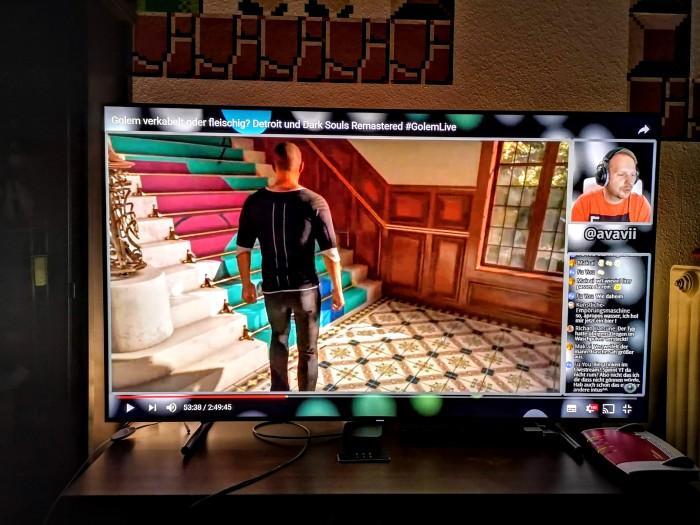 Ein Youtube-Video wird durch drei Leuchten mit Hue-Lampen hinter dem Fernseher untermalt. (Bild: Tobias Költzsch/Golem.de)