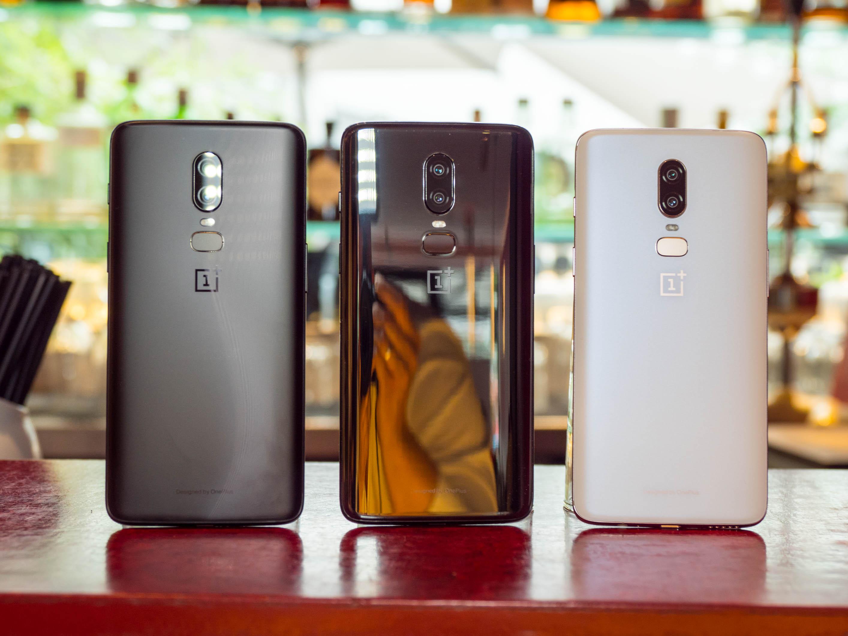 Android-Smartphone: Neues Oneplus 6 kostet ab 520 Euro - Links das Oneplus 6 in Midnight Black, in der Mitte in Mirror black, rechts in Silk White (Bild: Martin Wolf/Golem.de)