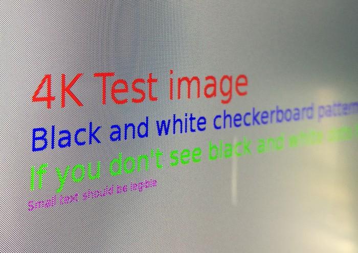 So sollte es aussehen: das 1x1-Pixel-Schachbrettmuster auf einem 4K-Monitor (Bild: Martin Wolf/Golem.de)