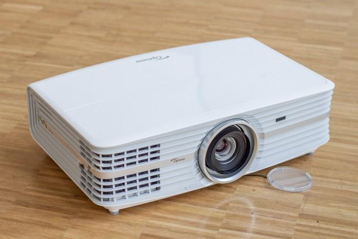 Der Optoma UHD60 ist der größte Projektor im Testfeld. (Bild: Martin Wolf/Golem.de)