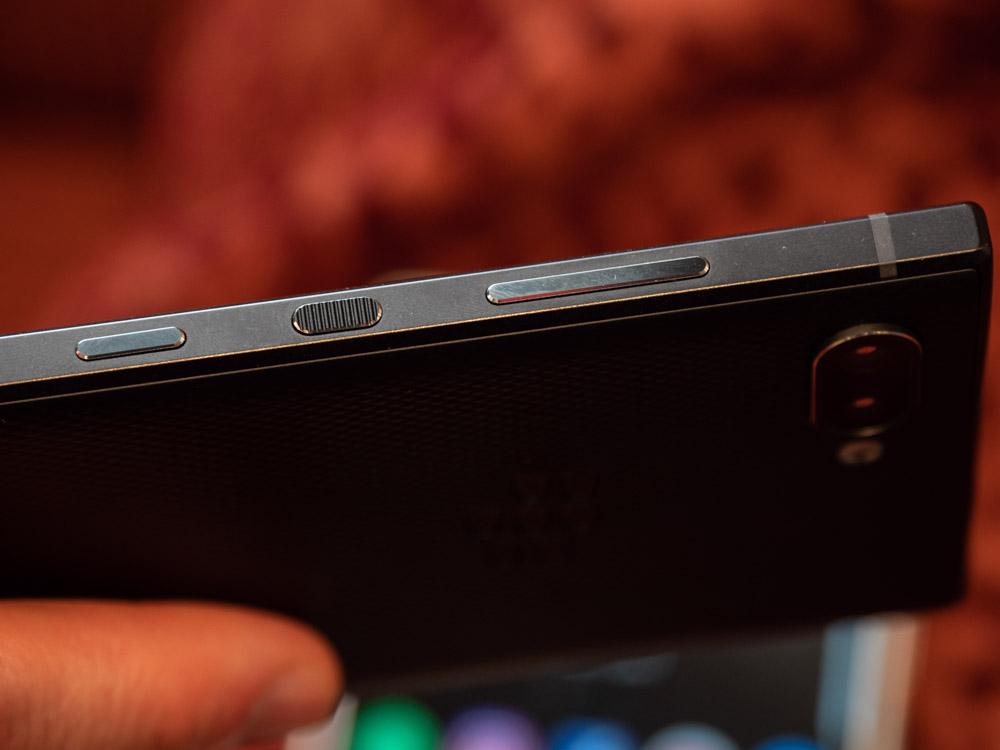 Blackberry Key2 im Hands On: Smartphone bringt verbesserte Tastatur und eine Dual-Kamera - Alle Seitentasten sind auf der rechten Seite zu finden. (Bild: Martin Wolf/Golem.de)
