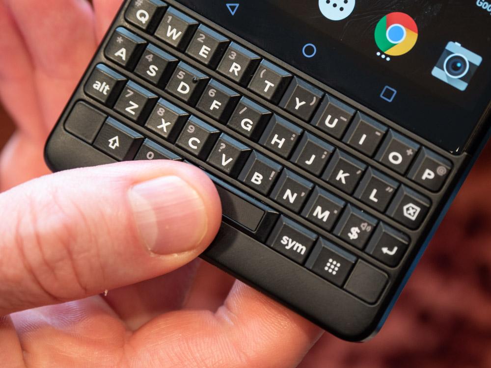 Blackberry Key2 im Hands On: Smartphone bringt verbesserte Tastatur und eine Dual-Kamera - In der Leertaste befindet sich der Fingerabdruckssensor. (Bild: Martin Wolf/Golem.de)