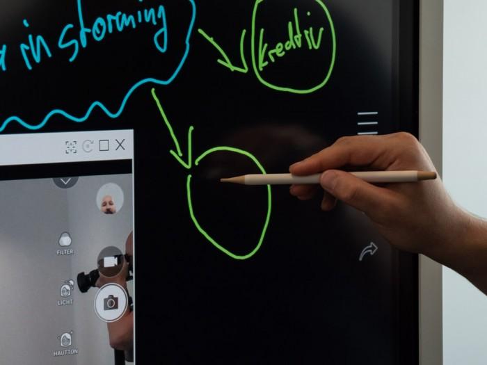 Auf dem Gerät kann mit Holzstiften geschrieben werden. (Bild: Martin Wolf/Golem.de)