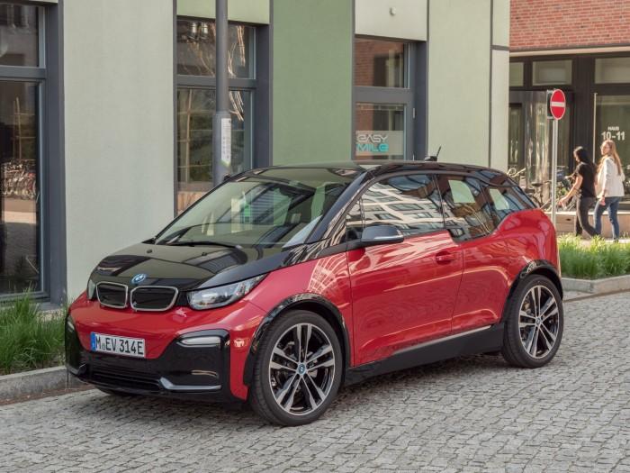Der i3s sieht mit seiner gedrungenen Schnauze immer noch nicht aus wie ein typischer BMW. (Foto: Martin Wolf/Golem.de)