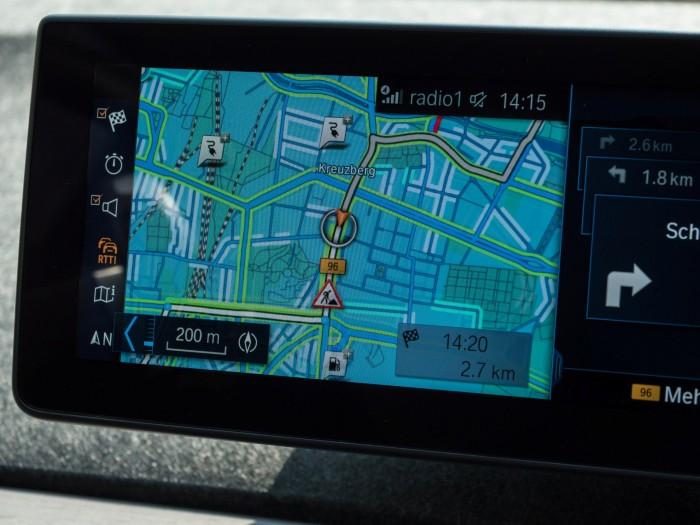 Ab einer Zoomgröße von 200 Metern sind die Fahrbahnränder mit verschiedenen Blaustufen markiert, je nachdem, wie hoch die Wahrscheinlichkeit für einen freien Parkplatz ist. (Foto: Martin Wolf/Golem.de)