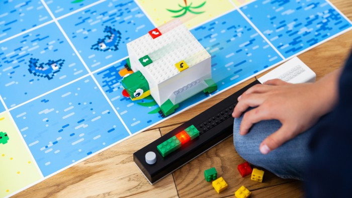 Die kleine Schildkröte wird mit Baustein-Befehlen über die Spielmatte geschickt. (Bild: Tinkerbots)