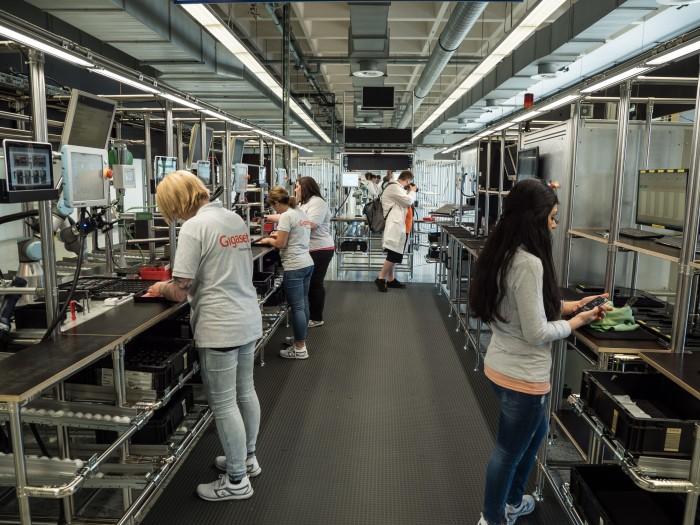 In der U-förmigen Fertigungsstraße des GS185 durchlaufen die Arbeiterinnen alle Arbeitsschritte. (Bild: Martin Wolf/Golem.de)