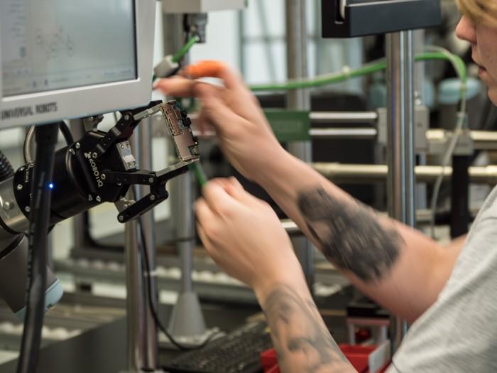 Unterstützt werden sie von Robotern, die im Zusammenspiel mit den menschlichen Kollegen arbeiten. (Bild: Martin Wolf/Golem.de)