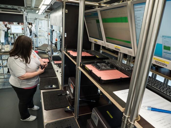Eine Arbeiterin an der Teststation, in der unter anderem der Touchscreen und die Kamera getestet werden. (Bild: Martin Wolf/Golem.de)